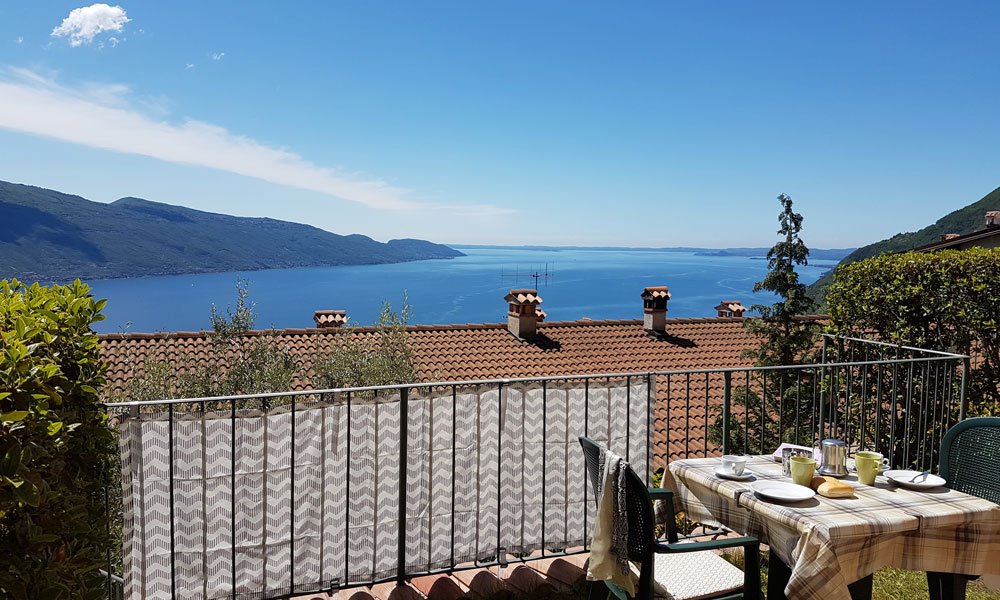 Trilocale vista lago residence erika lago di garda - Residence lago di garda con piscina ...